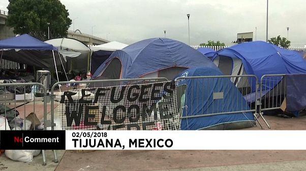 شاهد عبور مهاجرين من المكسيك إلى الولايات المتحدة تحت حراسة مشددة