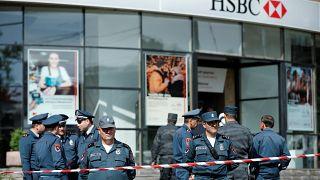 ضابط كبير في الشرطة يسطو على بنك ويقتل شخصين