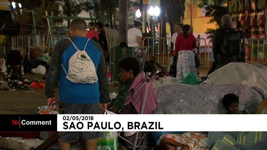 Edificio prende fuoco e crolla a San Paolo
