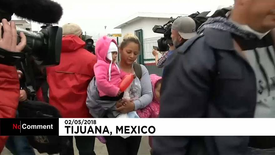 Un gruppo di donne e bambini hanno attraversato il Messico per entrare negli Usa