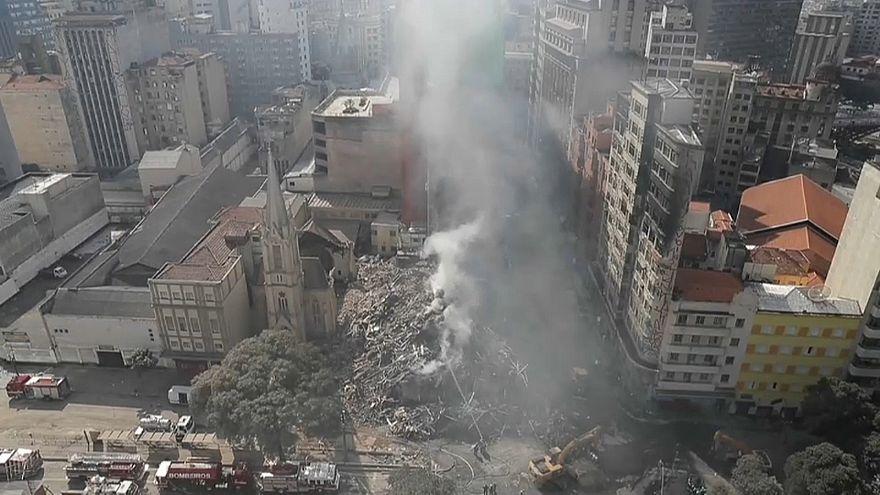 Bombeiros procuram sobreviventes após derrocada de prédio