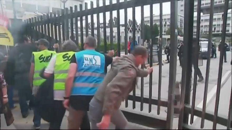 SNCF-Mitarbeiter öffnen einer Tor zur Regionalverwaltung.