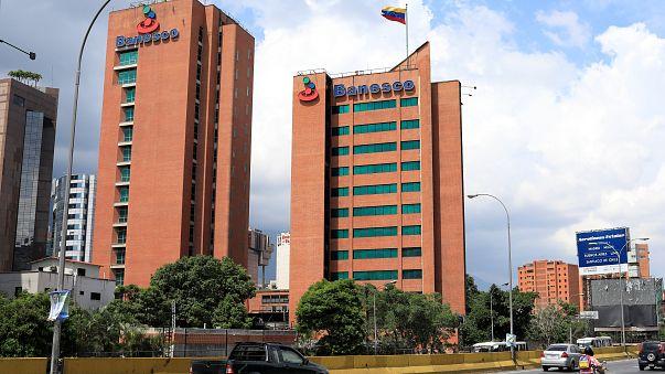 Venezuela interviene Banesco, el mayor banco privado del país