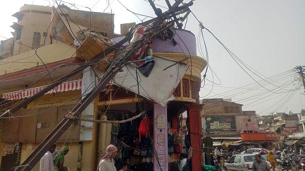 """شاهد: عواصف رملية """"قاتلة"""" تودي بحياة 150 شخصا في الهند"""