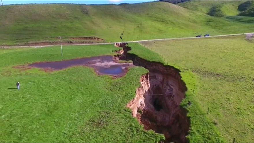أمطار غزيرة تكشف عن حفرة أرضية هائلة في شمال نيوزيلاندا