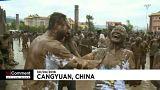 گلچین ویدئوهای بدون شرح هفته؛ از پلیکانهای ناخوانده تا کارناوال ۱۳۰۰ ساله اسبها