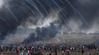 Militares israelitas lançam gás lacrimógeneo contra palestinianos