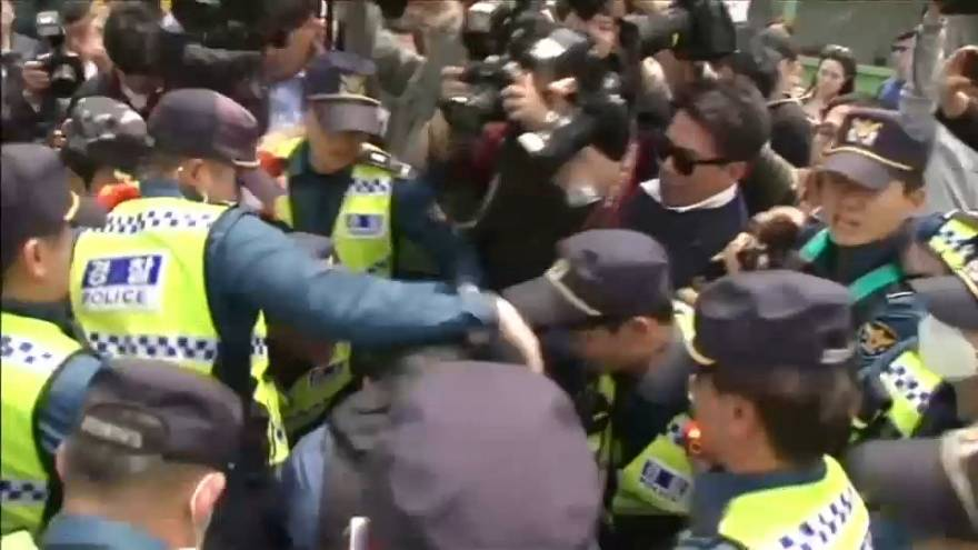 Anti-North Korean activists scuffle with South Korean police near border