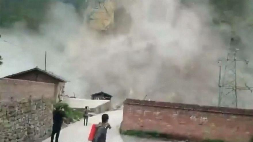 شاهد: انهيار أرضي ضخم يردم الطرقات والأنهار