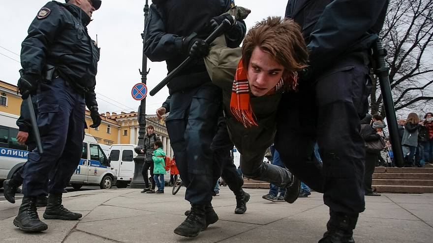 Ein Demonstrant wird in St. Petersburg festgenommen