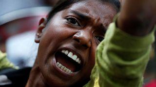 هندية تشارك بمظاهرة في نيودلهي احتجاجا على اغتصاب فتاة ومراهقة
