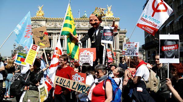 شاهد: في أجواء احتفالية محتجون يساريون يطالبون ماكرون بوقف إصلاحاته الاقتصادية
