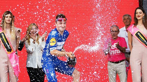 Giro d'Italia: a Viviani la seconda tappa, Dennis in rosa