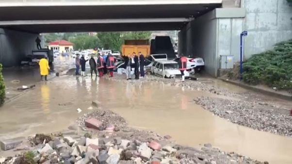 Alluvione nei pressi di Ankara, le strade fiumi di fango