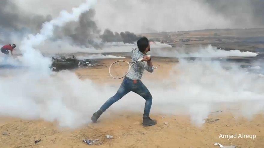 متظاهرون فلسطينيون يردّون قنابل الغاز الإسرائيلية بمضارب التنس