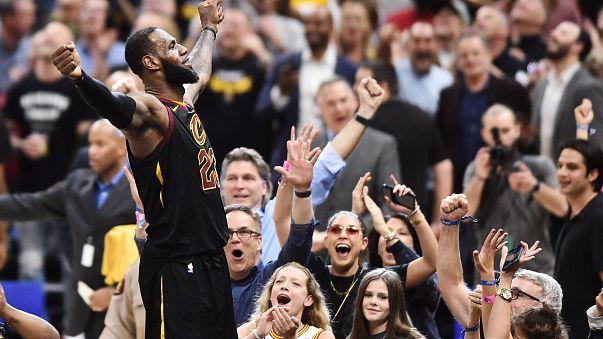 LeBron James celebra vitória de Cleveland sobre Raptors