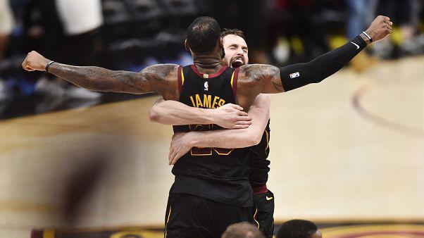 Le Bron James takımı Cleveland'ı finale taşıdı