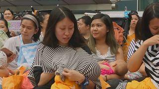 Hong Kong: Mütter stillen öffentlich Babys für mehr Akzeptanz