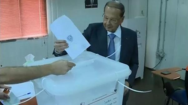 الرئيس اللبناني ميشيل عون أثناء ادلائه بصوته بالانتخابات