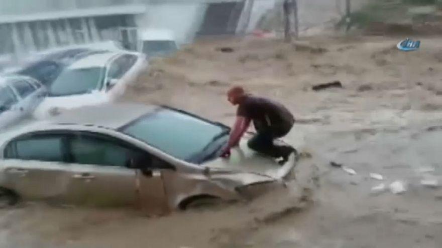 Sintflutartiger Regen in Ankara schwemmt 160 Autos weg