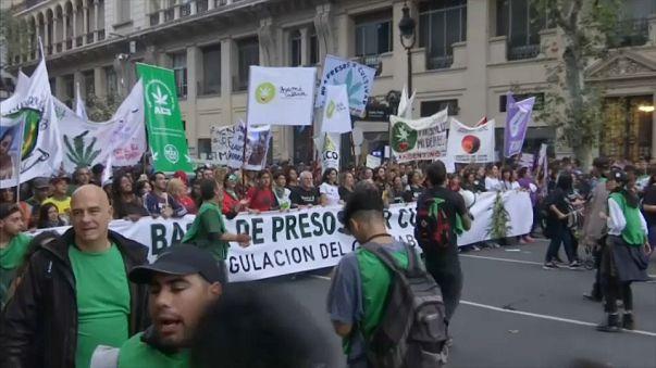 Il sudamerica in strada per la marijuana libera