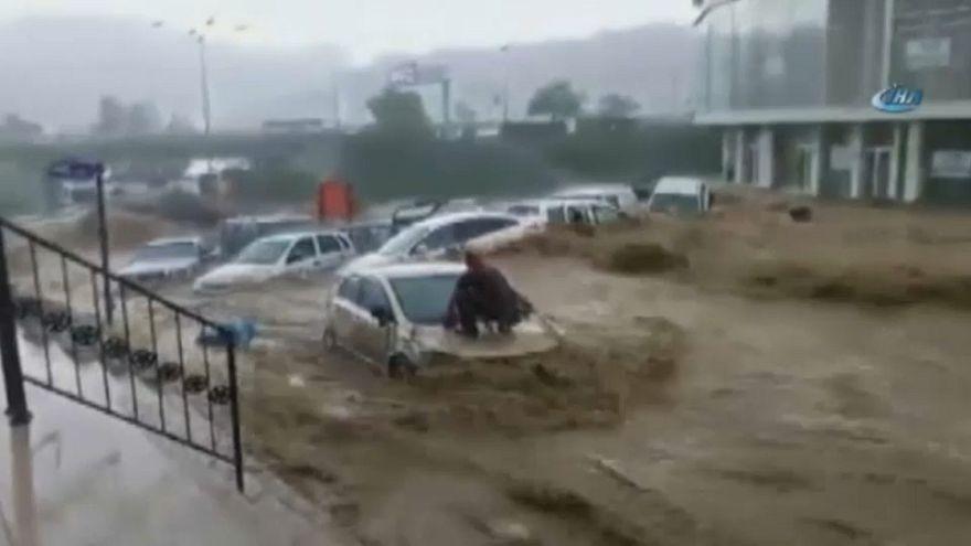 Las lluvias torrenciales lo arrastran todo a su paso en Turquía