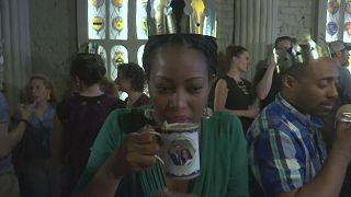 شاهد: أمريكيون يحتفلون بانضمام مواطنتهم للعائلة البريطانية المالكة