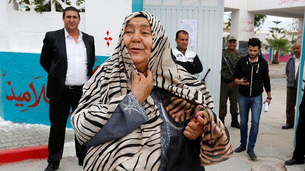 Палец, помеченный чернилами — знак того, что эта женщина проголосовала