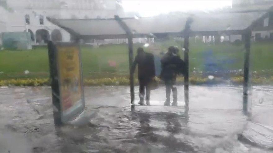 В ожидании автобуса в подтопленной Анкаре
