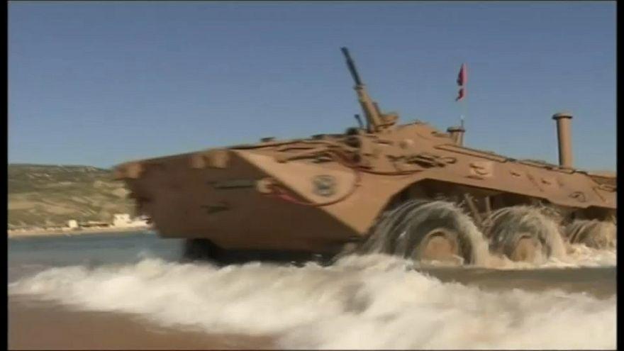 """الجيش الجزائري يستعرض قوته بمدينة وهران في مناورة """"طوفان 2018"""""""