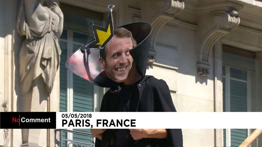 """""""Fête à Macron"""" : les manifestants demandent des comptes au président français"""