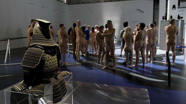 Nudisták egy párizsi múzeumban