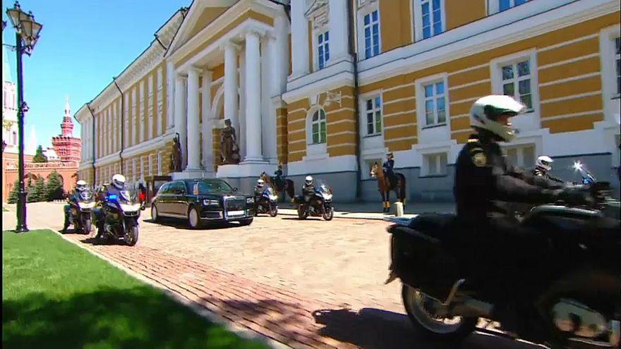 شاهد: بوتين يتحدى العقوبات الغربية بسيارة ليموزين روسية الصنع خلال مراسم التنصيب