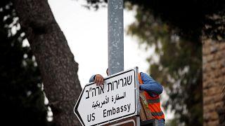 Ιερουσαλήμ: Ανέβηκαν οι ταμπέλες της πρεσβείας των ΗΠΑ