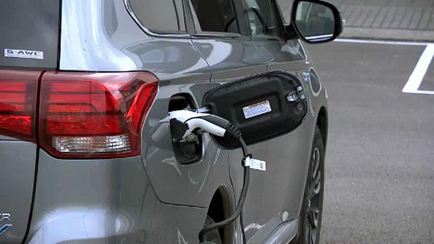 Elektromos Nissant töltenek egy izlandi töltőállomáson