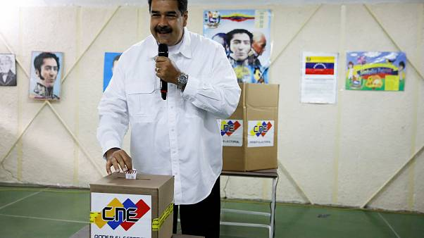 Präsident Nicolás Maduro gibt seinen Stimmzettel ab