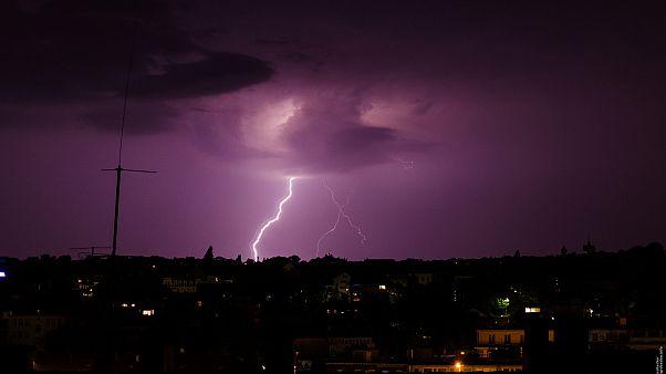 Blitze erleuchten den Himmel