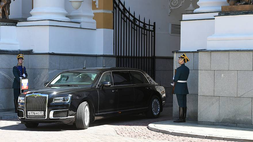 """Putin presenta la limusina """"made in Russia"""" durante su investidura"""