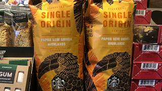 Csomagolt Starbucks kávé a cég egyik New York-i kávézójában