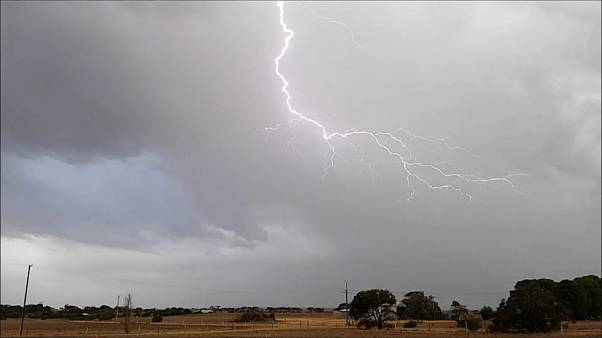 Impressive lightning hit Australian city ahead of thunderstorm