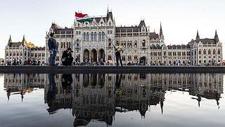 Élőlánc a magyar parlament előtt