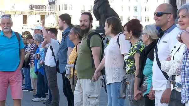 Menschenkette vor dem Parlament in Budapest