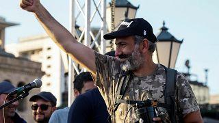 Armeniens Protestführer Paschinjan jubelt seinen Anhängern zu