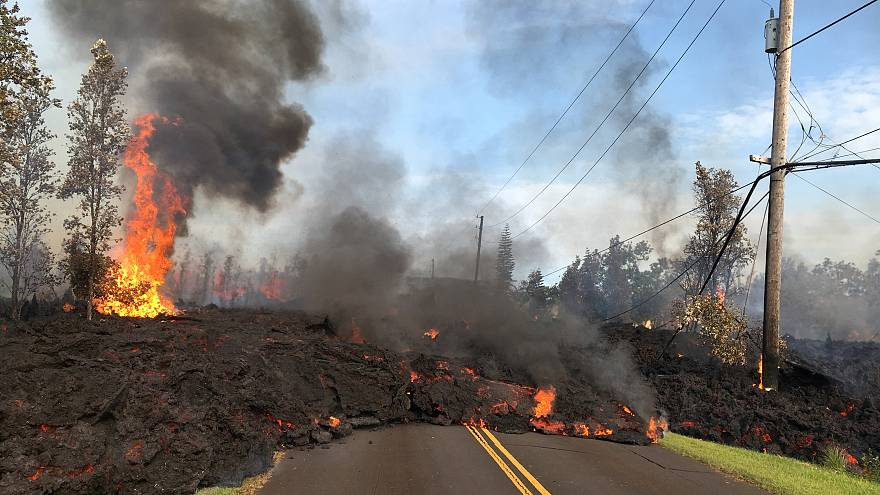 شاهد: الحمم البركانية تكتسح ساحات المنازل في هاواي