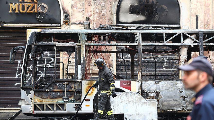 Der ausgebrannte Bus im zentralen Rom