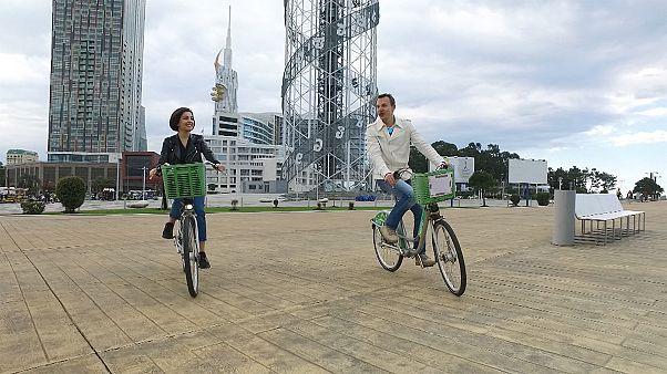 Recorre el paseo marítimo de Batumi en bicicleta