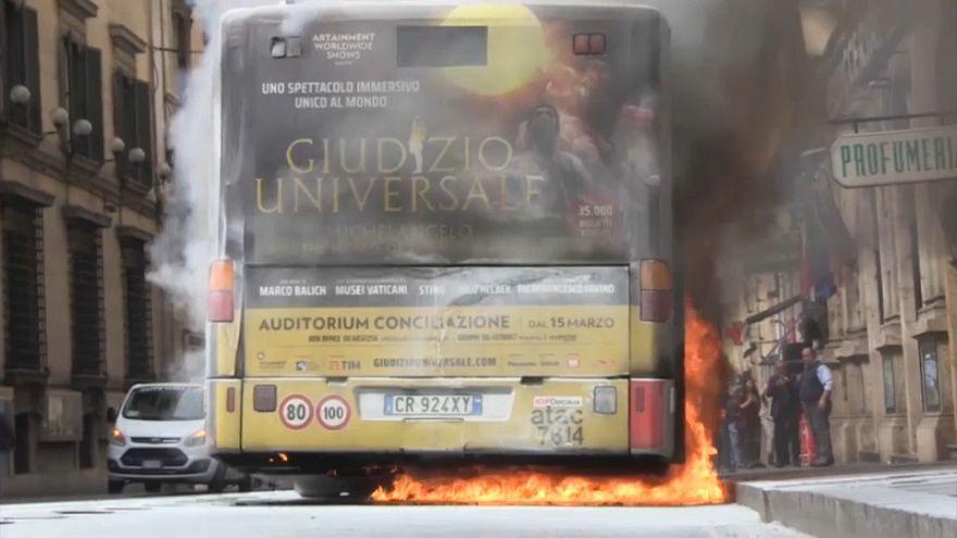Roma, bus in fiamme nel centro di Roma