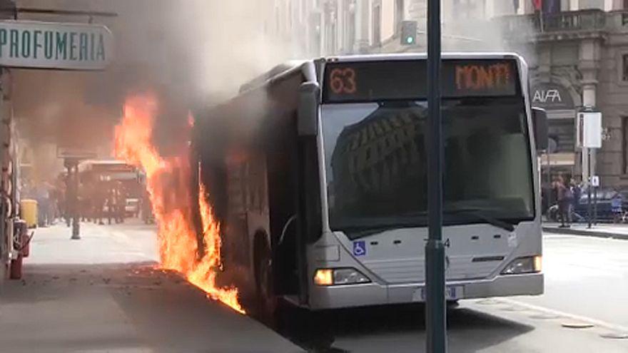 Zárlat miatt borult lángba a busz a belvárosban