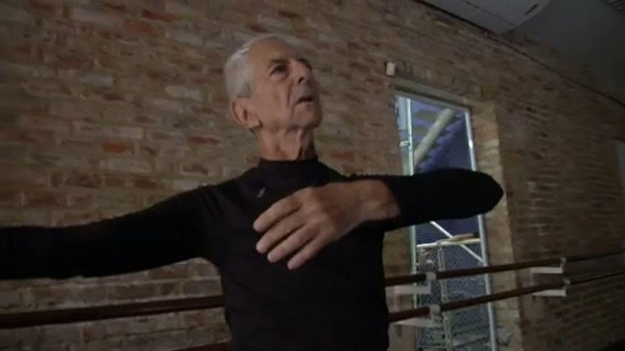 Brasileiro Helio Haus de 80 anos dança ballet