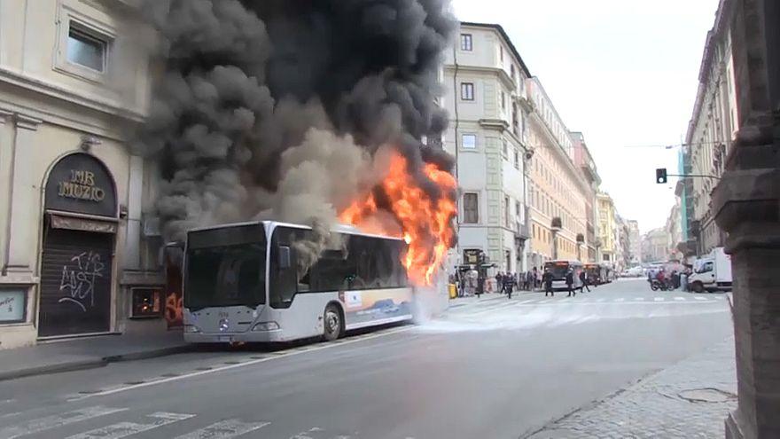 Ιταλία: Λεωφορείο πήρε φωτιά λόγω έκρηξης